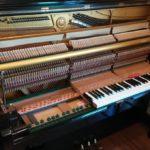 分解調整中のアップライトピアノ画像