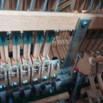 キレイに修理されたピアノ内部の写真