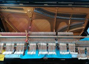 分解修理中のピアノ