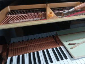 整備中のグランドピアノの画像