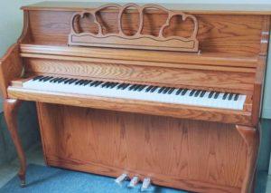 展示中の猫脚木目ピアノ画像
