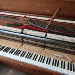 調律中の木目ピアノ