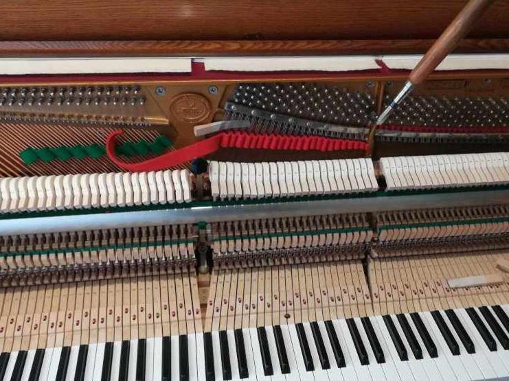 調律中の木目ピアノ画像