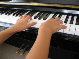 ピアノを練習する様子