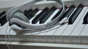 ピアノとヘッドフォン