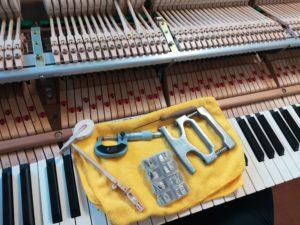 修理中のグランドピアノ内部