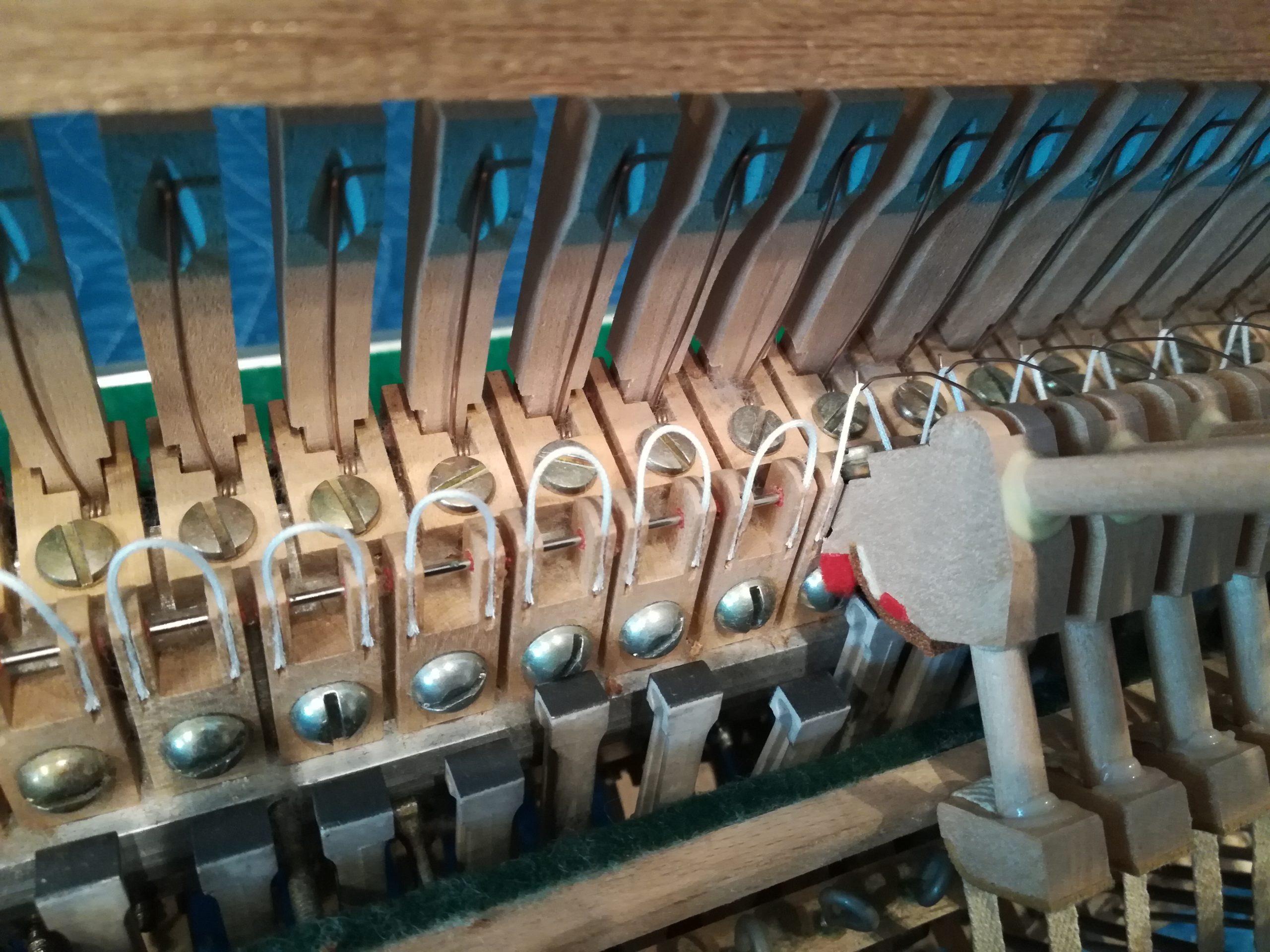 アップライトピアノ フレンジコードの修理の様子
