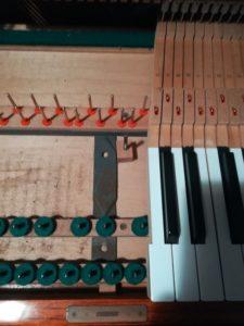 アップライトピアノ内部の清掃前後