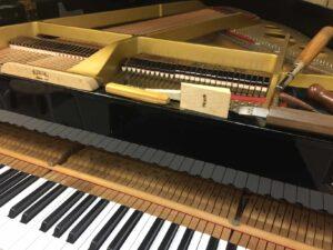 ピアノを整音中の様子