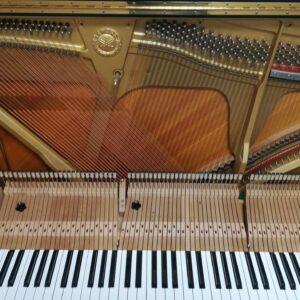 調整中のアップライトピアノ 弦とフレームの様子